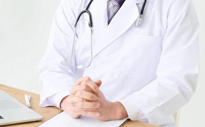 皮膚科で診察を受ける